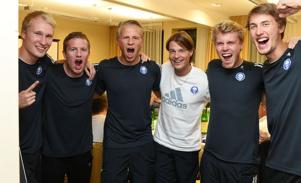 Vasemmalta oikealle Valtteri Moren, Sebastian Sorsa, Tapio Heikkilä, valmentaja Mika Lehkosuo, Rasmus Schüller ja Joel Perovuo