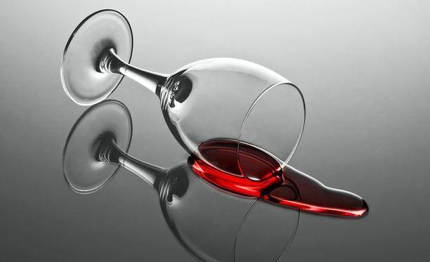 Aivohalvauksen riski nousee, jos alkoholia nauttii vähintään kolme annosta päivittäin.