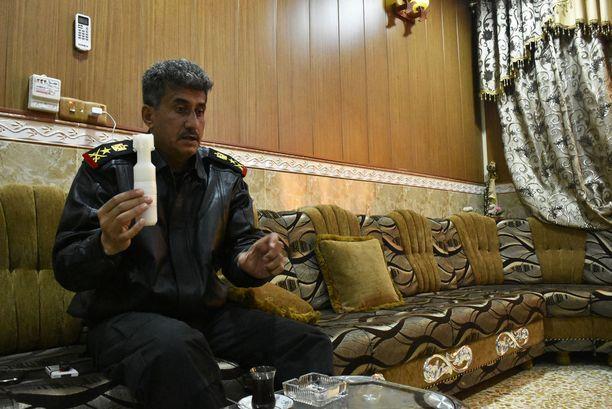 Kenraaliluutnantti al-Saidi on yksi terrorismin vastaisen erikoisjoukon komentajista. Kuvassa hän esittelee Isisin käyttämää pommia, joita lähetetään länsirannalta lennokeilla Itä-Mosulin puolelle.