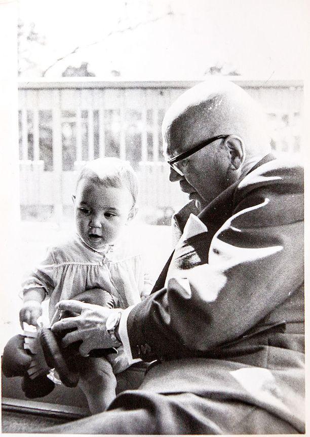 Tea leikkimässä Urhon kanssa pienenä Tamminiemen parvekkeella kesällä 1964.