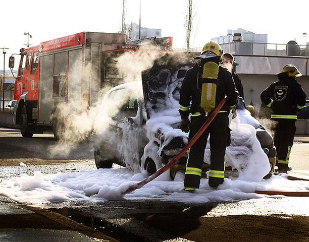 Palomiehet sammuttivat autopalon vaahdolla.