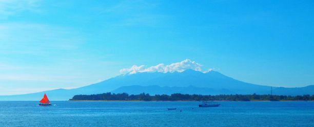 Gilin saaret sijaitsevat lähellä isoa Lombokia. Kuvassa taustalla häämöttää aktiivinen Rinjanin tulivuori.