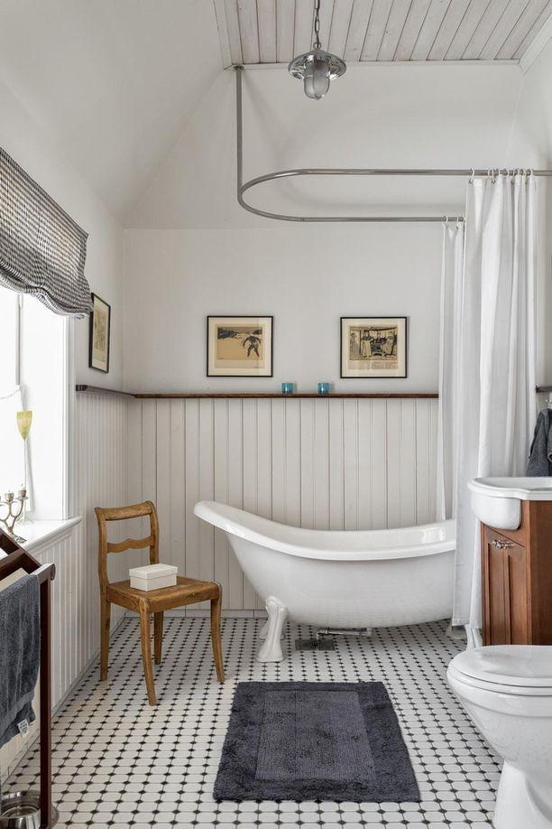 Kylpyhuoneessa on säilytetty vanhanajan tunnelma.