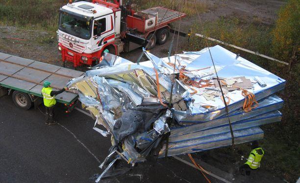 Itäväylän onnettomuuden jälkiä siivottiin pitkään keskiviikkoaamuna.