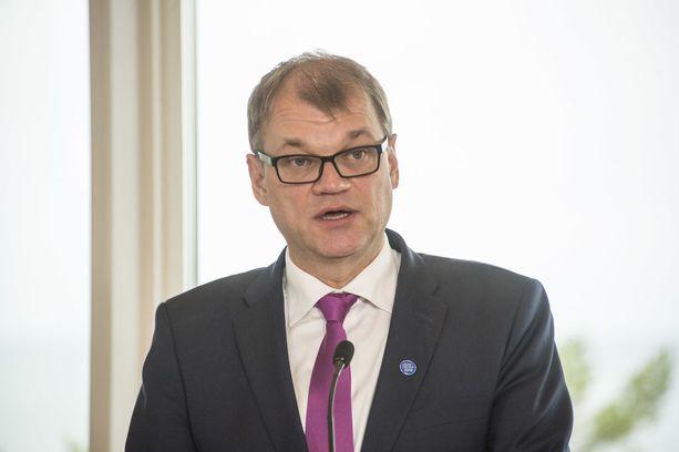 Pääministeri Juha Sipilä viittasi pitkäaikaistyöttömien määrän laskuun puhuessaan Ylen kuntavaalitentissä eriarvoisuuskehityksen pysäyttämisestä.