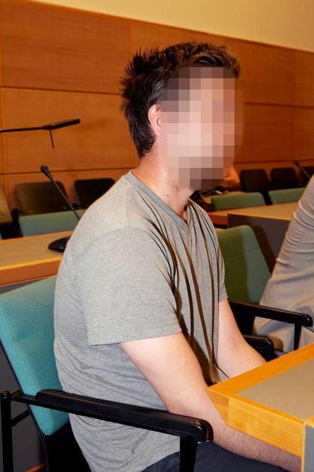 Rauhallisen oloinen 31-vuotias jyväskyläläismies kuunteli tyynesti tiistaina Keski-Suomen käräjäoikeudessa vangitsemispäätöstä.