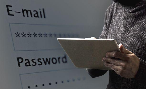 Monella on käytössä salasana, joka on päässyt vuotamaan.