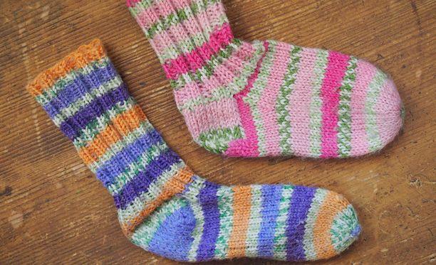 Pariskunnan epäillään vieneen iäkkään miehen asunnosta rahaa sukkia kaupittelemalla. Kuvituskuva.