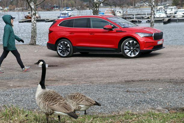 Auto-uutuus herätti huomiota Taivallahden rannassa Helsingissä.