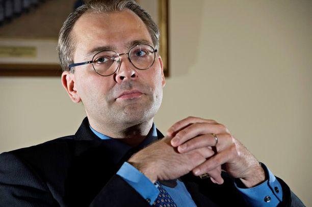 """Puolustusministeri Jussi Niinistö (ps) toivoo Twitterin käyttäjiltä """"rakentavampaa suhtautumista puolin ja toisin""""."""