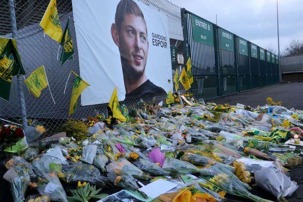 Nantesin kannattajat kantoivat muistokukkia myös stadioninsa ulkopuolella olleelle Salan muistopaikalle.