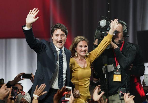 Pääministeri Justin Trudeau juhli torjuntavoittoa vaimonsa Sophie Gregoire Trudeaun kanssa liberaalien päämajalla Montrealissa maanantaina.