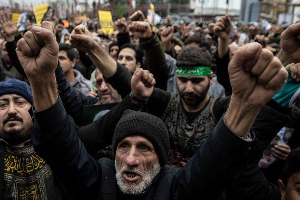 Soleimanin murha yhdisti iranilaisia, mutta lentokoneen tahaton alasampuminen sai monet raivon partaalle.