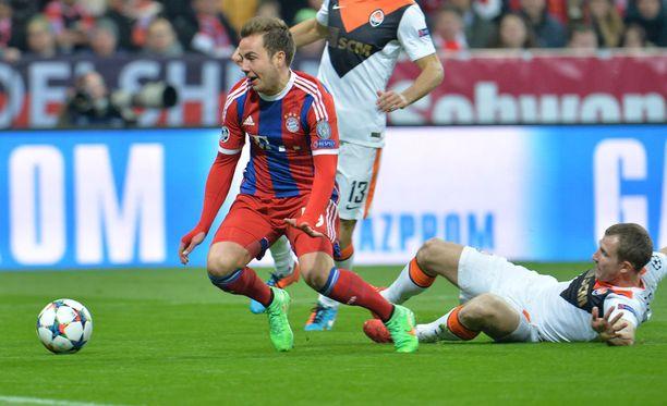 Shahtarin Olexander Kucher liukuu Bayernin Mario Götzen nurin. Ulosajo, rangaistuspotku ja peli ohi.