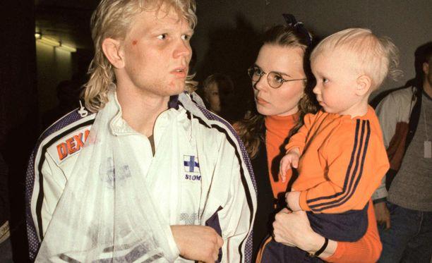 Marko Asellin olkapää hajosi myös vuoden 1997 EM-kisojen finaalissa Kouvolassa. Kuvassa myös Mari-vaimo ja Mirko-poika.
