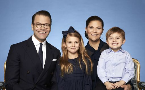 Ruotsin prinssi Oscar, 3, varastaa huomion uudessa perhepotretissa - miten leveä hymy