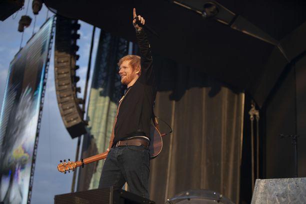 Ed Sheeran esiintyi tiistaina Malmin lentokentällä.