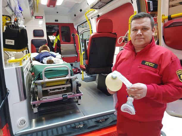 Ensihoitaja Atte Paason mieleen on iloisina muistoina jäänyt kaksi ambulanssissa tapahtunutta synnytystä.