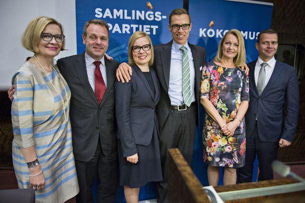 Kokoomuksen vuoden 2014 ministeriryhmästä on jäljellä enää Paula Risikko (ensimmäinen vasemmalta) ja Petteri Orpo (ensimmäinen oikealta).