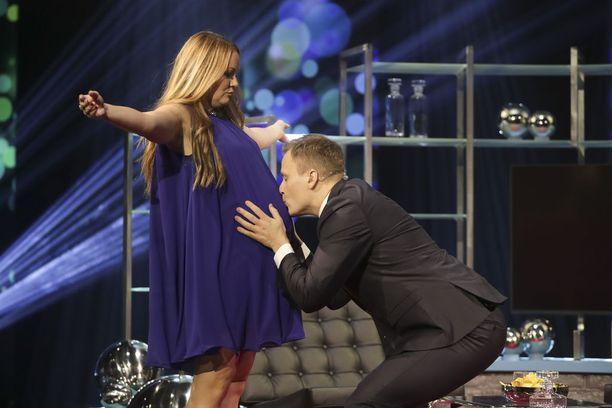 Heikki Paasonen intoutui suutelemaan Marja Hintikan vauvavatsaa tämän saapuessa studioon.