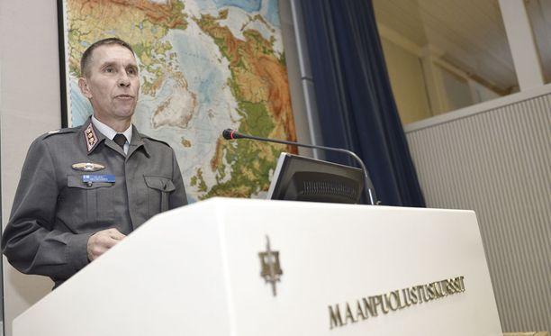 Heikki Välivehmaan mukaan uudet reserviläiset varustetaan käsiaseilla. Kuvassa Välivehmas maanpuolustuskurssilla 2013.