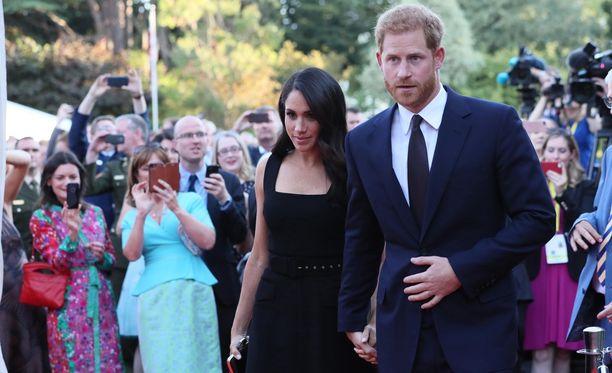 Prinssi Harryn rinnalla Meghan näyttää lyhyeltä.
