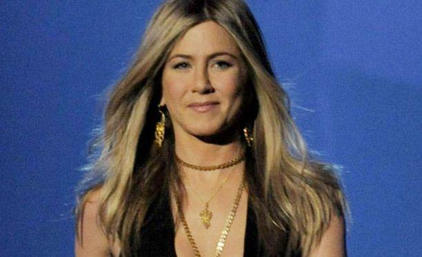 Nykyään Jennifer Aniston suosii pitkiä suortuvia.