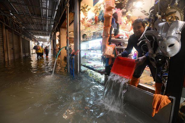 Vesi tulvi kauppoihin.