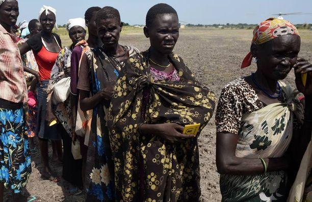 Ihmiset jonottivat ruokaa Unityn osavaltion Kochissa viime perjantaina. Etelä-Sudanin naiset ovat haavoittuvassa asemassa.
