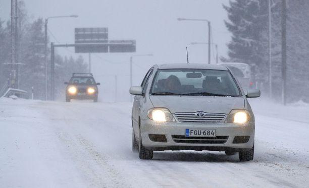 Ilmatieteen laitoksen mukaan lunta tulee maanantaina erityisesti Kokkolan ja Oulun seudulla. Kylmää ilmaa virtaa myös etelään.
