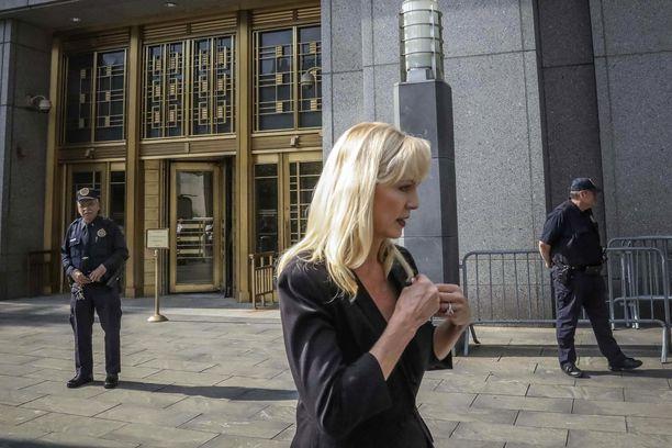 Sigrid McCawley edustaa Epsteiniä seksuaalirikoksista syyttäviä naisia.