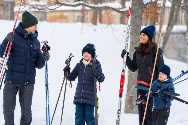Kruununprinsessa Victoria perheineen nautti hiihtoretkestä hovin tiluksilla.