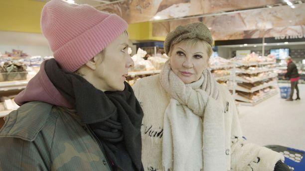 Maria Veitola kyläilee ohjelmassaan Hannele Laurin luona.
