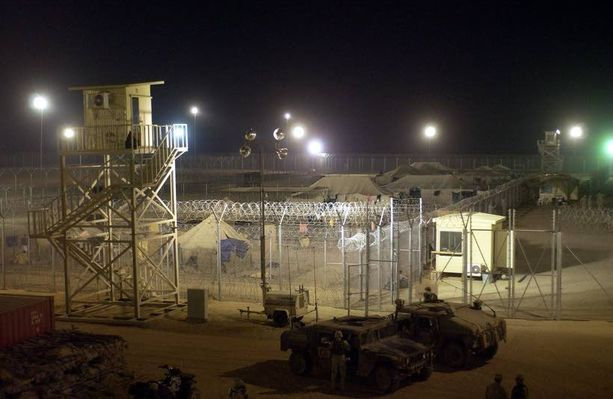 JIHADISMIN KASVUALUSTA Buccan vankileiri oli yksi monista USA:n pyörittämistä pidätyskeskuksista Irakissa. Kuva lokakuulta 2004, jolloin nykyinen Isis-johtaja oli leirillä.