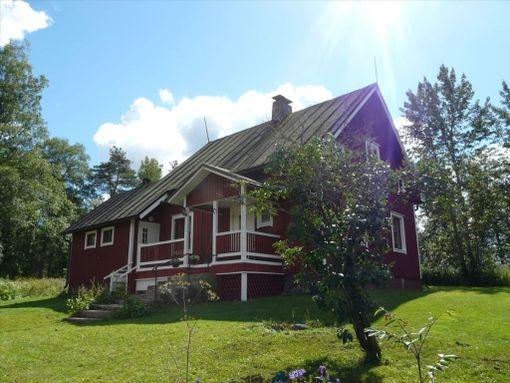 Alajärveläinen hirsirunkoinen ja lautaverhoiltu talo on remontoitu ja siinä on 87 neliötä asuinpinta-alaa. Talo on rakennettu alun perin vuonna 1949.