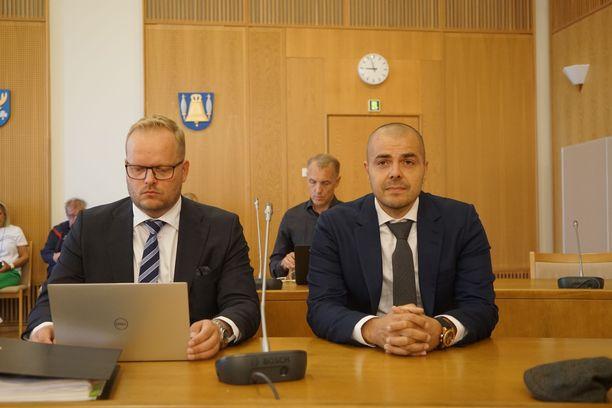 Antti Pulkkinen (vas.) avusti Ari Koposta oikeudenkäynnissä. Muilla syytetyillä ei ollut avustajaa.
