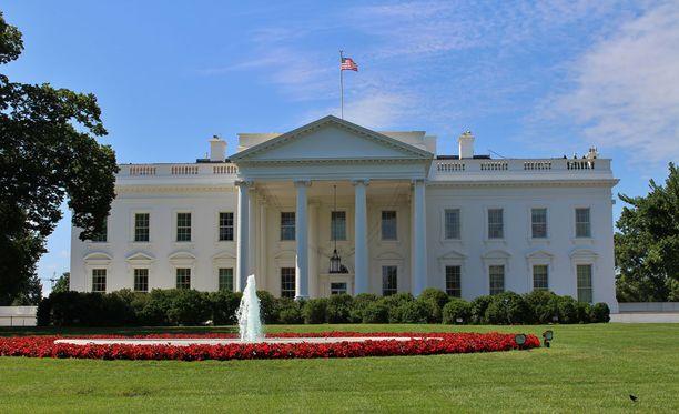 Valkoinen talo on uusklassista tyyliä edustava hiekkakivestä rakennettu kartano. Tässä kuva sen pohjoispuolelta.