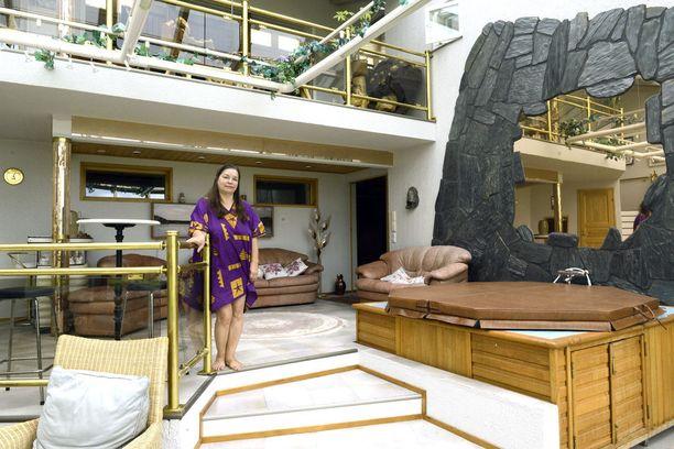 Tapola asuu 700-neliöisessa luksusasunnossa.