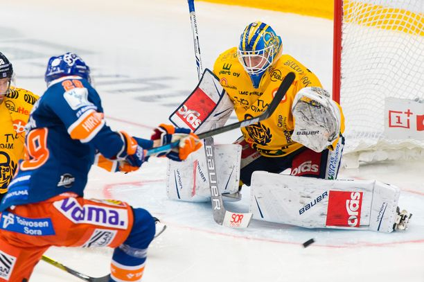 Nuori Lukko-vahti Lassi Lehtinen on Tapparaa vastaan paljon vartijana.