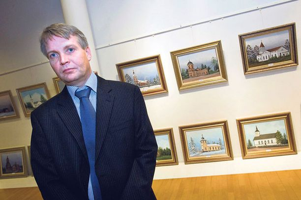 VAALIRAHA Taiteilija Pertti Salmi ikuistaa Suomen kirkkoja keskustan toimeksiannosta.