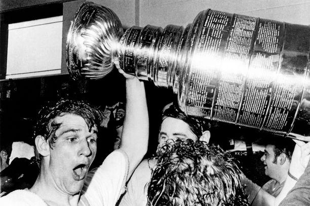 Bobby Orr johdatti Bruinsin Stanley-cupin voittoon keväällä 1970.