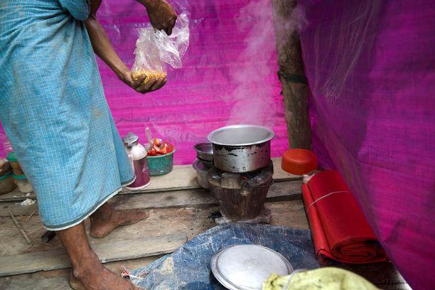 Myanmar on Kaakkois-Aasian köyhimpiä valtioita. Riisinviljely on maassa tärkeä elinkeino. Maaseudulla moni elää noin dollarilla päivässä. Talot on useimmiten kasattu lankuista ja pressuista. Vettä ihmiset saavat sadevedestä ja joesta. Osassa kyliä on myös kaivoja, joista monet ovat peittyneet tulvan jälkeen mutaan.
