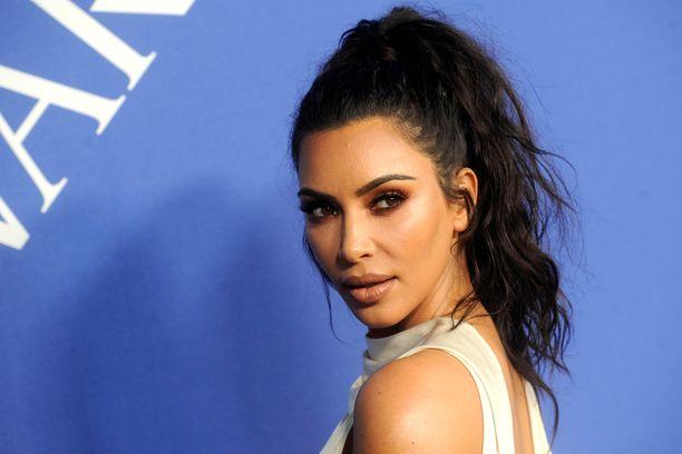 Kim Kardashian on tunnettu tositelevisiokasvo ja yrittäjä.