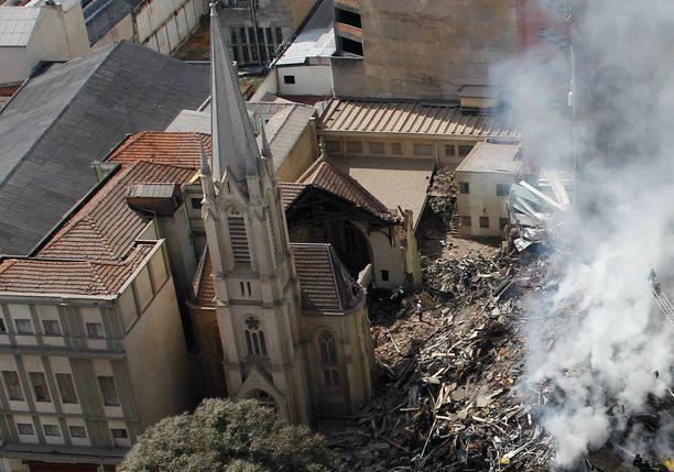 Kerrostalon romahdus vaurioitti pahasti myös viereistä kirkkoa.