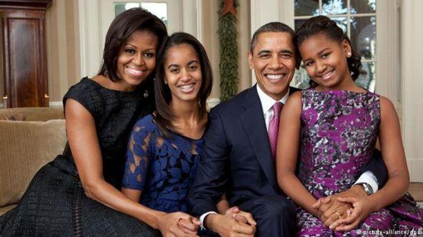 Obamat virallisessa joulupotretissaan vuonna 2011 yhdessä tytärtensä Malian ja Sashan kanssa.