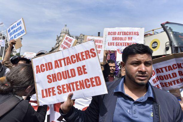 Parlamentin edessä järjestetyssä protestissa vaadittiin kovempia tuomioita happohyökkäysten tekijöille.