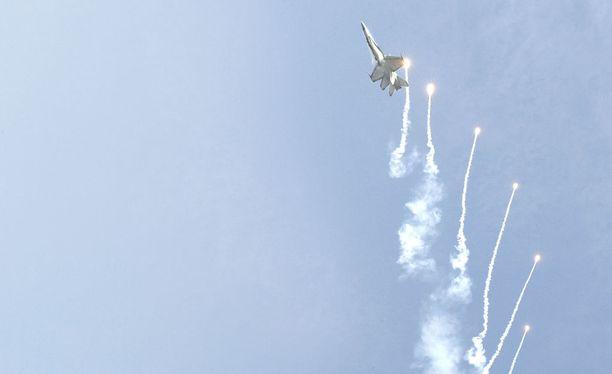 Pirkkalan lennoston Hornet esityslennolla vuonna 2011. Valopisteet ovat infrapunasoihtuja.