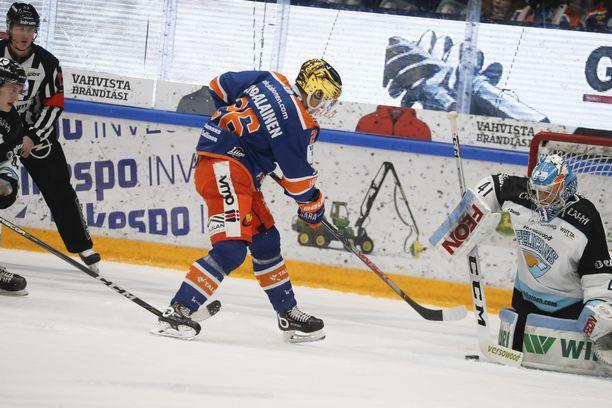 Tapparan Jere Karjalainen ei onnistunut ohittamaan Lahden maalivahtia Atte Tolvasta.