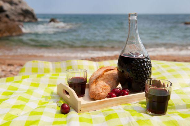 Kahdenkeskiselle eväsretkelle voi Espanjassa ottaa ihan rauhassa viiniä mukaan. Isolla porukalla tissuttelu onkin sitten toinen juttu.