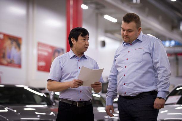 Automyyjä Vu Tran (vas.) ja myyntipäällikkö Jere Issakainen ovat tyytyväisiä siihen, että henkilöautojen kauppa on kiihtynyt Espoon myymälässä.
